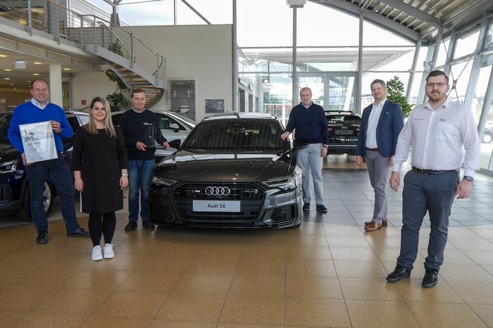 Die Übergabe der Auszeichnung erfolgte durch den Gebietsleiter für Service & Qualität, Ewald Poinstingl von Porsche Austria