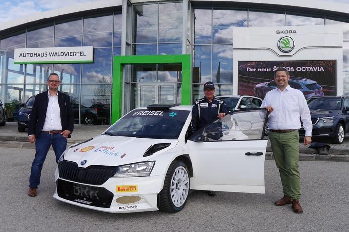 Elektrisches Rallyefahrzeug mit Rennfahrer Raimund Baumschlager und unsere Geschäftsleitung